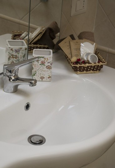 gold triple room, la gemma naples, naples, dante square, stay in naples, bathroom, details